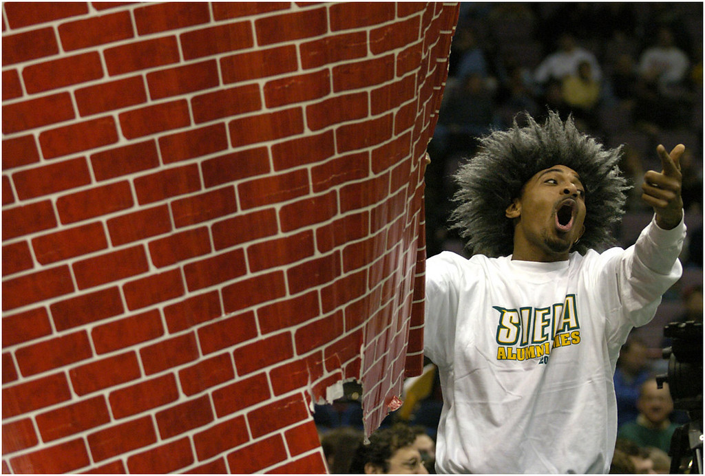7.94x5.5deep---Ana Zangroniz photo for Steve Amedio story to run Sports, Sun. Dec. 12, 2004. Siena fan Mark Bobb-Semple of Albany attempts to distract an Iona player by holding up a brick banner during a free throw.