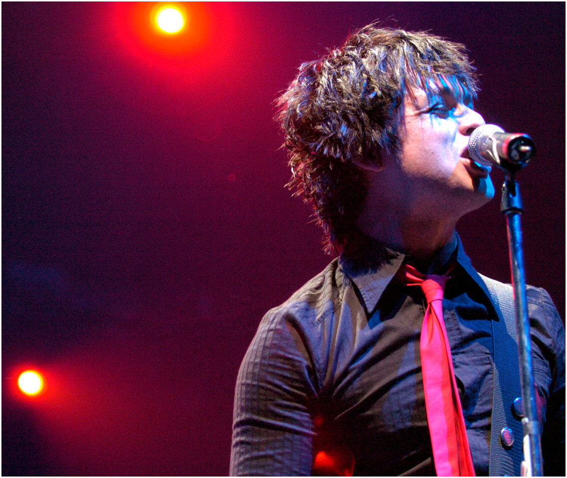 5.95x5.0deep---Ana Zangroniz photo for a Phil Schwartz story to run Lifestyles, Tuesday, April 26, 2005. Billie Joe of Green Day belts out a tune in the beginning of last night's concert held at the Pepsi Arena.