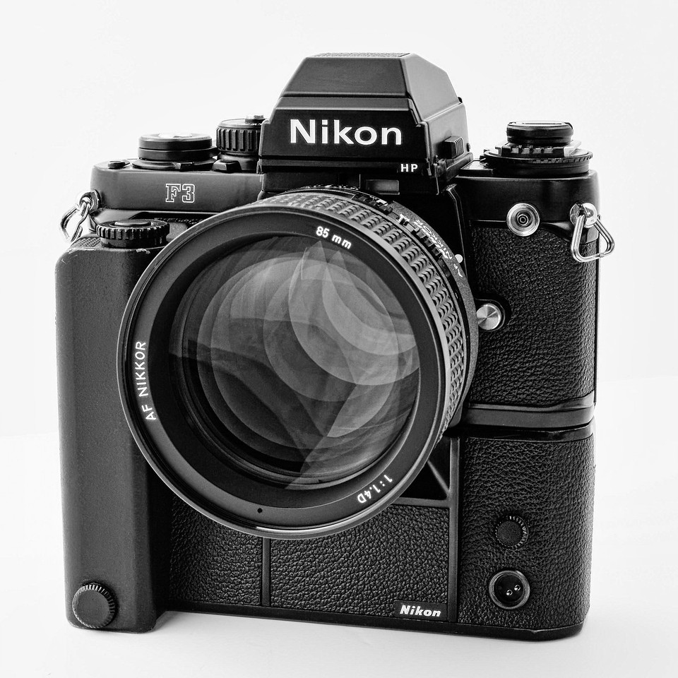 Nikon F3 with its MD-4 motor and a Nikkor AF-D 85mm f:1.4 lens. Picture taken with a Nikon D3 and an AF-D 60mm lens. 1/20s at f:36 and ISO 800.