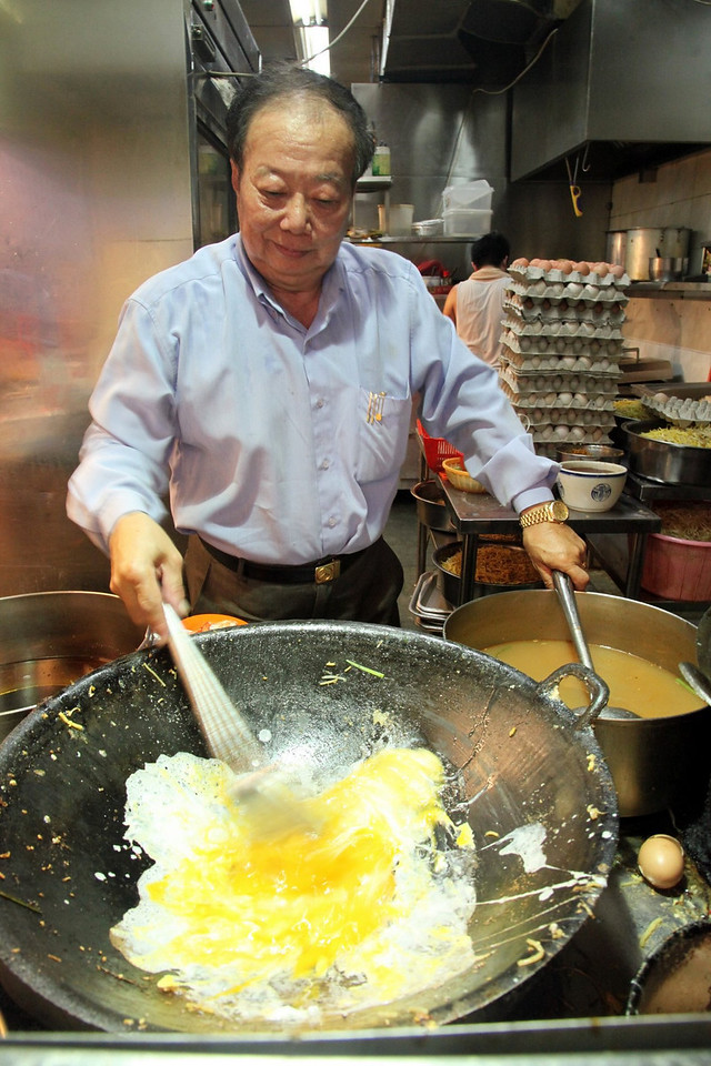 Asked about his secret, the photogenic hawker just gave his Monalisa smile as he keeps stirring the noodles. Then he shared that his way of preparation can take up to 8 hours. His crucial time consuming process sets Kim´s Hokkien Prawn Mee apart from the rest.