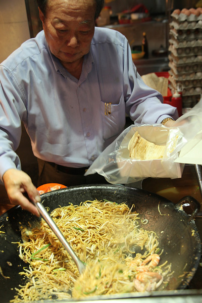 On an average day Kim cooks about 30 kilos each of the egg noodles and rice noodles, 30 kilos prawn, 30 kilos squid, and 30 kilos bean sprouts, 3 kilos each of garlic and spring onions, and 800 eggs.<br /> <br /> This can serve up to 300 plates of fried prawn mee, which is about the weekday average. Weekends Kim serves up to 500 plates, and while he cooks only as you order, the man is able to serve high quality in every plate quite fast. edit