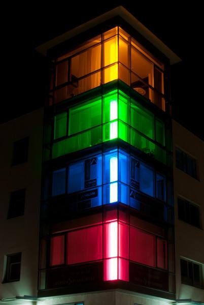 Eine illuminierte Häuserecke an der Breiten Straße