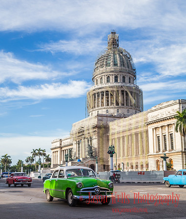 Cars in front of El Capitolio