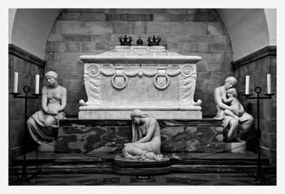 Christian 9 and Louise's double sarcophagus./ Dobeltsarkofagen til Christian 9 og Louise.