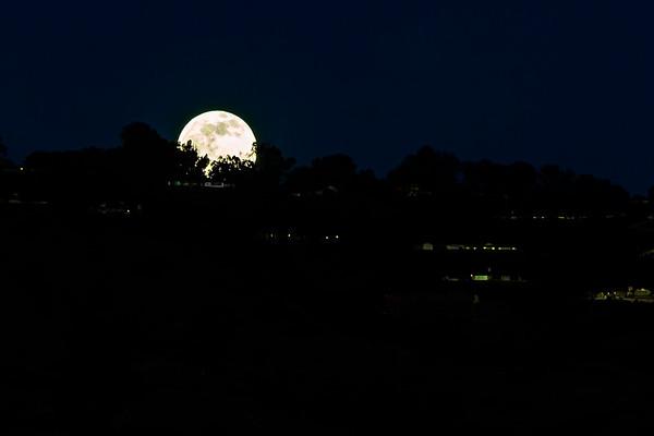 Last full moon of 2020 rises
