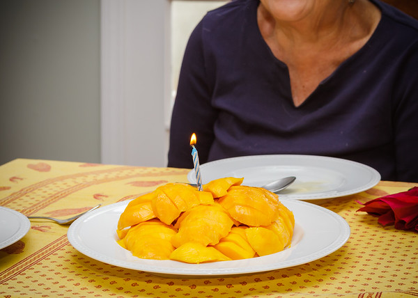 """This """"cake"""" is actually just cut mangoes"""