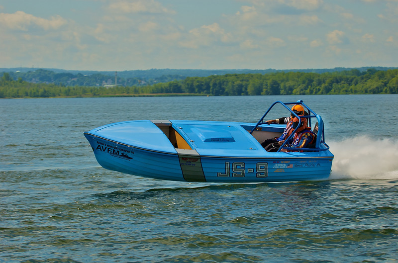 The Jersey Skiff racing boat Kentucky Blue (JS-9) racing during the Syracuse Hydrofest held at Onondaga Lake Park near Liverpool, New York.<br /> <br /> Scott Thomas