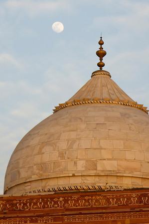 Moon over Jawab/Guesthouse - Taj Mahal complex