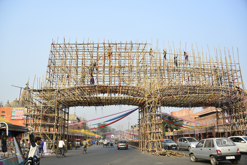Scaffolding in Jaipur over the main road - just bamboo poles joined together with rags!