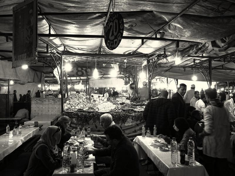 Le soir, place Jemaa el Fna à Marakech