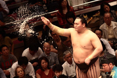 Yokozuna Hakuho hurls a handful of salt to purify the ring (May 2016 Basho, Tokyo)