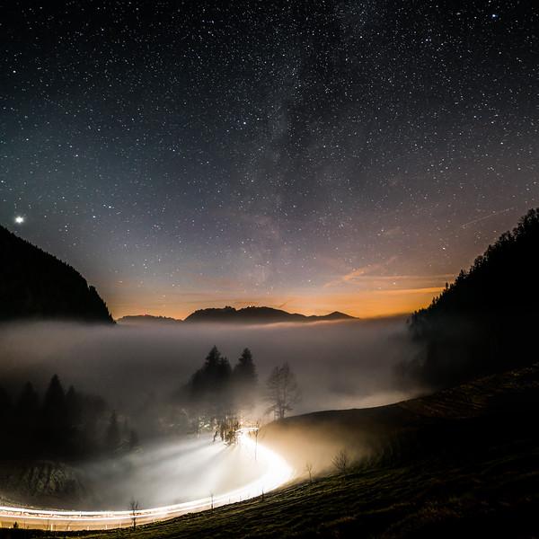 Leuchtspuren mit Sternenhimmel oberhalb vom Rheintal