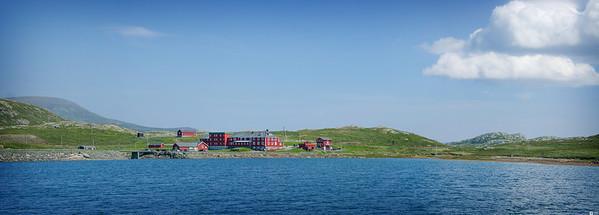 Panorama view of Bygdin Mountain Hotel. / Utsikt mot Bygdin Fjellhotell.