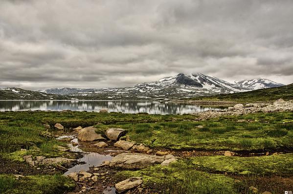 The mountain Breikvamsnosi and the lake Tyin. / Breikvamsnosi og innsjøen Tyin.