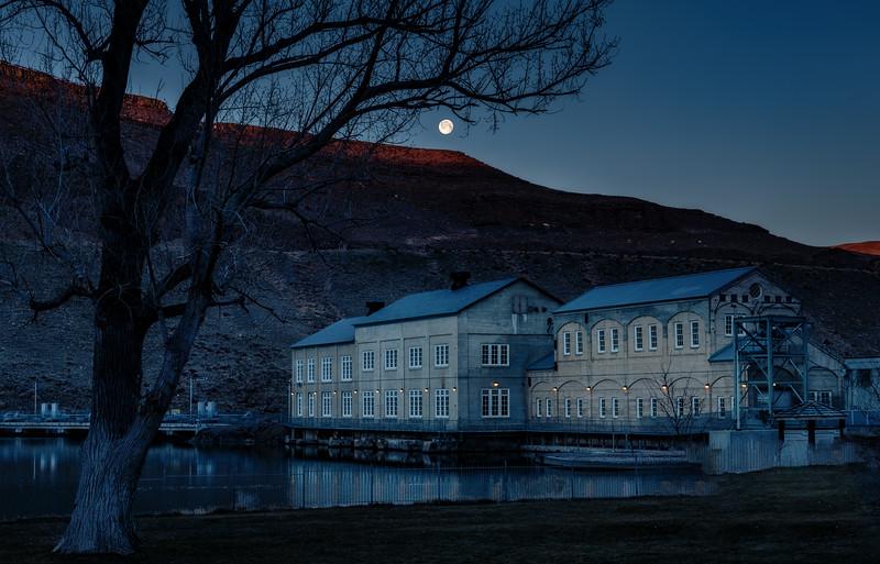 Moon setting in the early morning at Swan Falls Dan