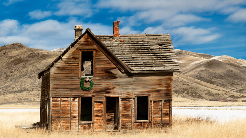Abandond homestead in Fairfield Idaho winter