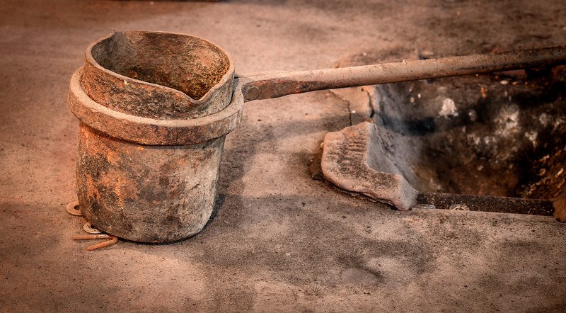 Pouring pot for an iron smith