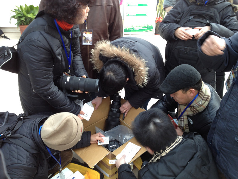 Event snapshots. Box loads of Sigma and Tamron big guns were distributed for testing purposes to an estimated 160 photo enthusiastists on Jan 18, Saturday. The event was organised by the distributor(新高光)  for Sigma and Tamron lenses in Shanghai, China. Interestingly, there was only one Tamron 150-600 sample piece.