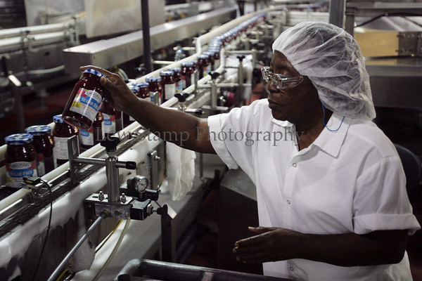 Marlene Snyder pulls a bottle of sugar free product off the line to check it at the Smuckers Co. Friday, July 13, 2007, in Orrville, Ohio.  (Lew Stamp/Akron Beacon Journal)