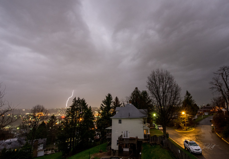 Lightning_Morgantown_WV_photo_by_Gabe DeWitt_April 08, 2015_1