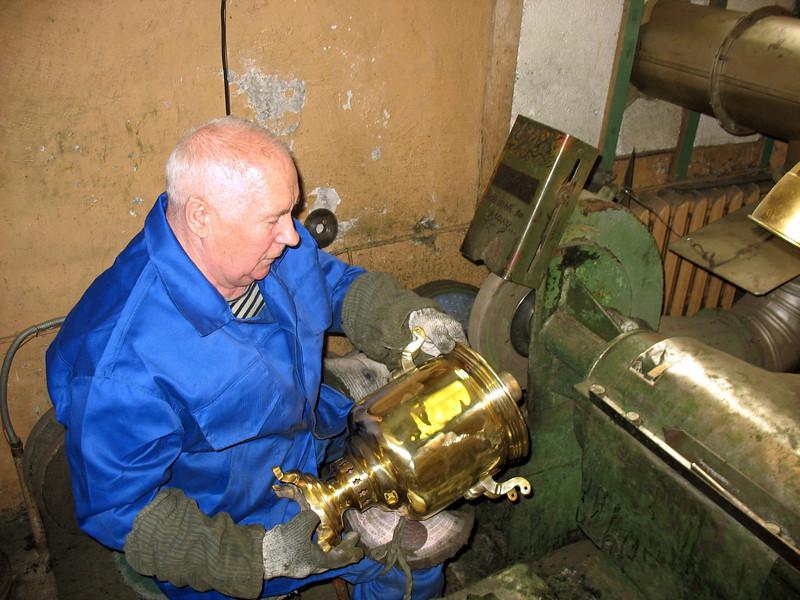 Polishing a brass samovar. (Tula, Russia)