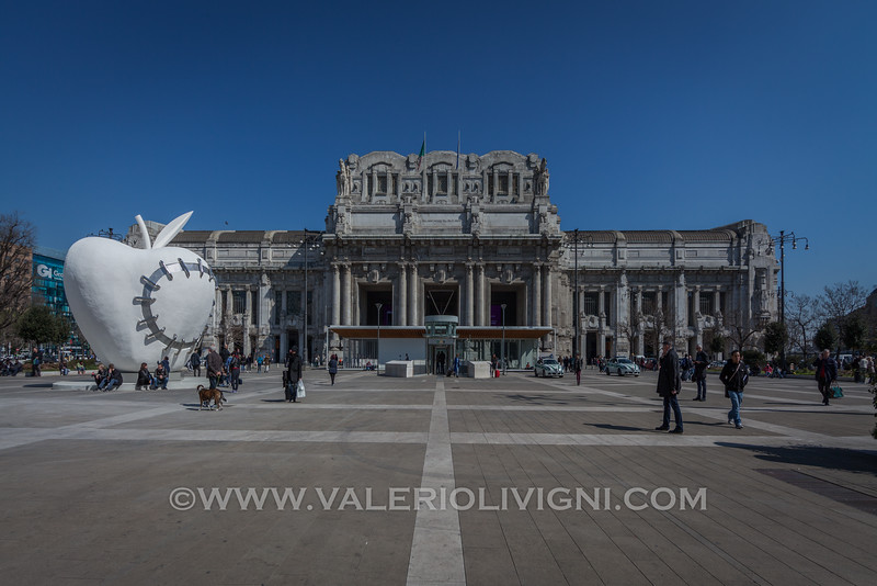 The Reinstated Apple / Third Paradise  by Michelangelo Pistoletto (Central Station in the background) - Il Terzo Paradiso / La Mela Reintegrata di Michelangelo Pistoletto (la stazione Centrale sullo sfondo)