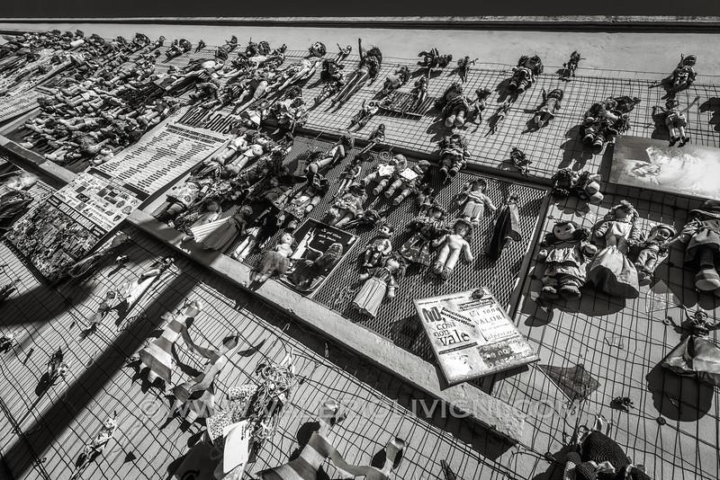 """The Wall of Dolls, """"Feminicide is a crime against humanity"""" - Il Muro delle Bambole, """"Il femminicidio è un crimine contro l'umanità""""."""