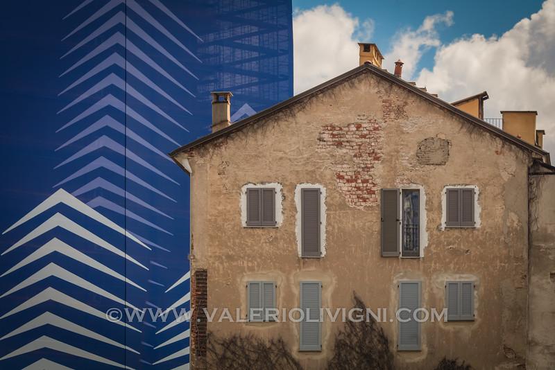 A survived old house surrounded by skyscrapers in Porta Nuova - Una vecchia casa sopravvissuta alla costruzione delle torri di Porta Nuova