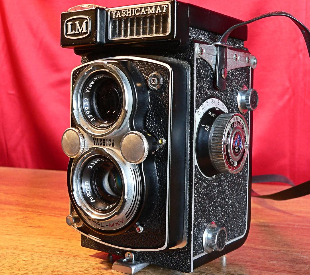 Yashica Mat LM TLR 6x6 Medium Format 120mm Roll Film Left Side View (1958-1960]