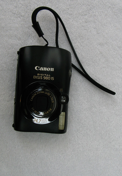 Ahhh ! Here comes a Canon. I have been using Canon for point and shoot for a while. I also always keep with me this Canon IXUS 980 IS for general captures. This is loaded with 8GB SanDisk card.