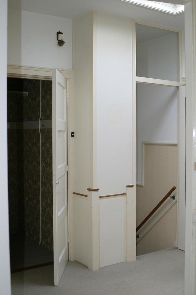 Gangkast met trapgat naar voordeur