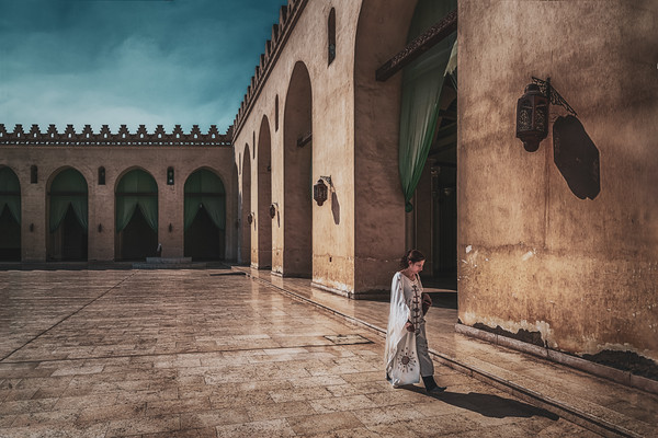 Walking across Al Hakim Mosque