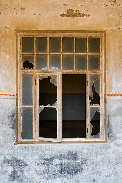 Nam 045 Broken Window, Kolmanskop, Namibia