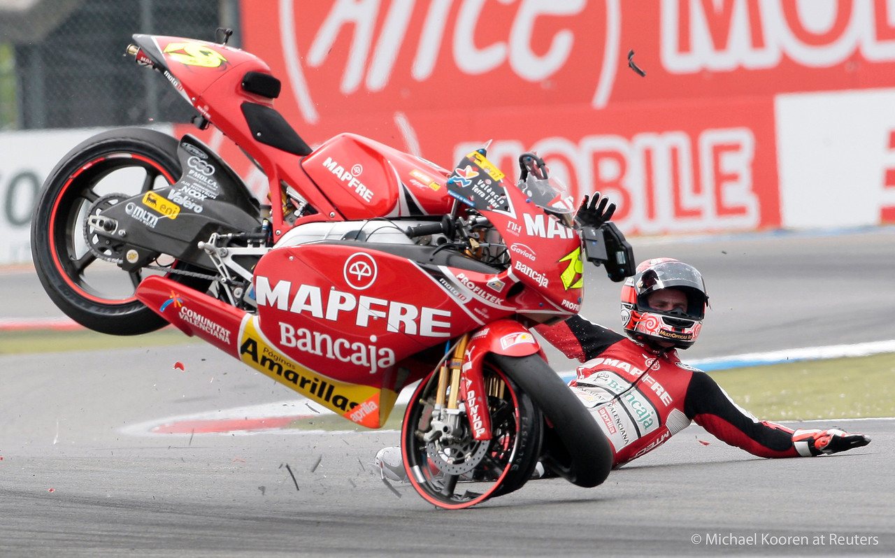 250 cc rider Alvaro Bautista of Spain crashes during the Dutch Motorcycling Grand Prix in Assen, the Netherlands, June 27, 2009.   REUTERS/Michael Kooren
