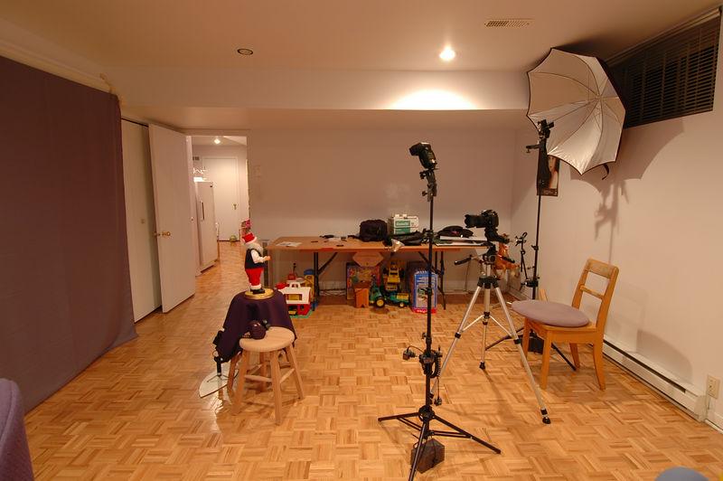 Setup du studio pour test Nikon Creative lightning system (CLS) avec Nikon D200 sur trépied, SB-800 TTL Remote Group B Canal 3 à gauche, SB-600 TTL Remote Group A Canal 3, Built-in speedlight du D200 en mode TTL commander sans éclair et SB-27 ( mode manuel F8, Power=1/2,zoom=35 mm) au sol derriere le sujet avec oeil  Slave Optex pour produire fond Bleu