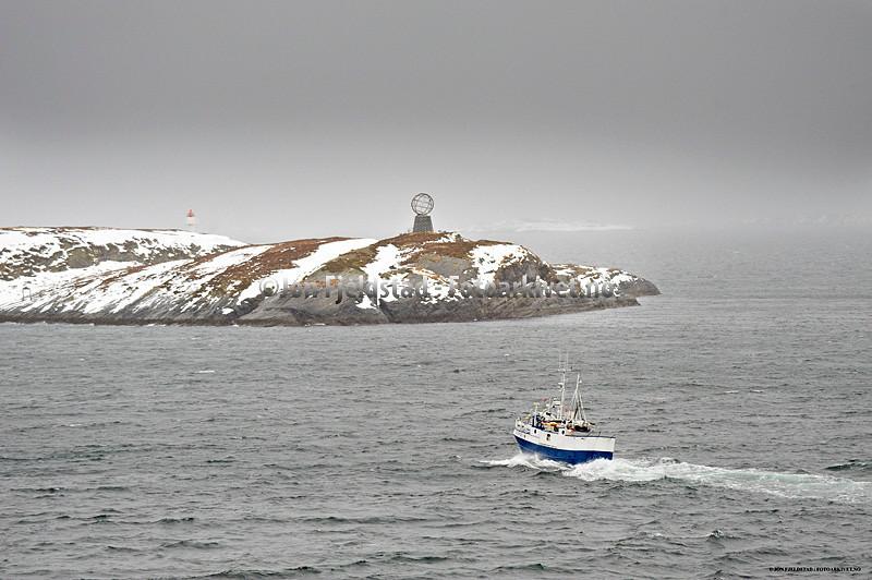 POLARSIRKELMONUMENTETPÅHOLMENVIKINGEN-RØDØYKOMMUNE-NORDLAND
