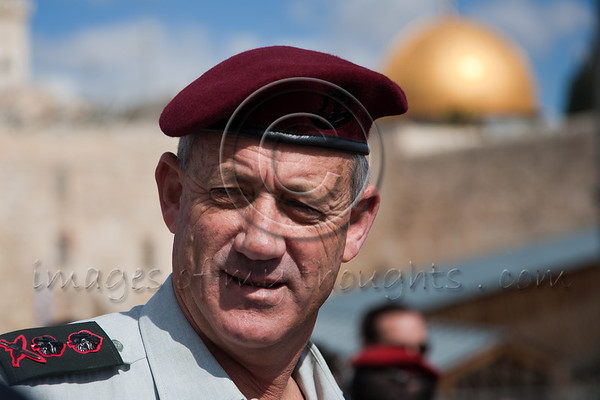 New IDF Chief of Staff, Benny Gantz, Prays for Devine Support at The Kotel. Jerusalem, Israel. 14/02/2011.   Rav-Aluf, Major General, Benny Gantz was awarded his new rank today by PM Benyamin Netanyahu and appointed Chief of Staff of the IDF. Immediately following the ceremony, Gantz paid a visit for prayer at the Western Wall accompanied by Major General Gabi Ashkenazi, the outgoing Chief of Staff. Both officers prayed and wrote personal handwritten notes, carefully placing them between the ancient stones of the Wailing Wall.