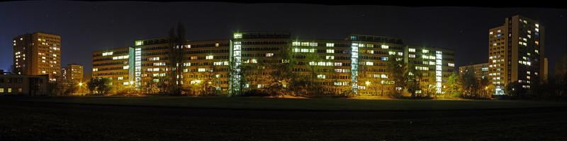 2005-11-05_07098<span class=ger> Wohnheimkomplex in der Tarostraße von der Rückseite vom Sportplatz aus gesehen. Ich hab dort gute 20 Minuten verbracht und über 30 Bilder geschoßen, aber letztendlich doch fast alle wieder gelöscht. Beim Warten auf die Kamera bei den ständigen Langzeitbelichtungen hab ich auch eine Sternschnuppe gesehen! Die Erste in meinem Leben habe ich vor ein paar Wochen gesehen. (Panorama aus 7 Bildern - auf Original klicken für Detailansicht)</span><span class=eng> View on the residence halls in the Tarostraße from behind. I spent over 20 minutes there shooting more than 30 pictures, but I ended up deleting most of them. While waiting for the camera during all these long-time exposures I saw a shooting star! The first one in my life I saw a couple of weeks ago. (panorama out of 7 pictures - click on Original for a detailed view)</span>