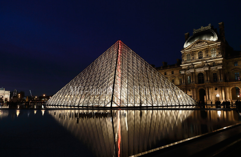 Louvre, f/4,5, 0,25 sec, iso 800, 25 mm
