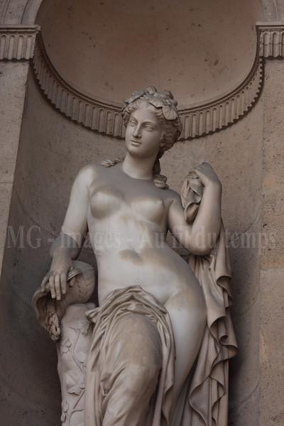 Cour carrée du Louvre, Nymphe des fontaines, Augustin Courtet (1858)f/10, 1/100, iso 200, 70 mm