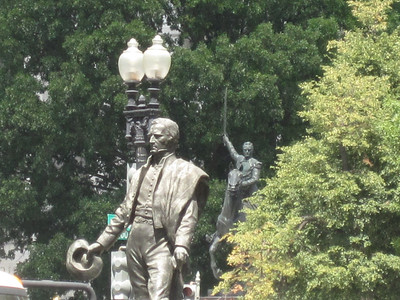 Josa Artigas, the lamp post and Simon Bolivar from a slightly different angle.