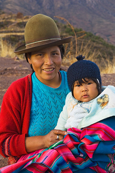 #Pe 008 Mother and Child, Pisac, Peru