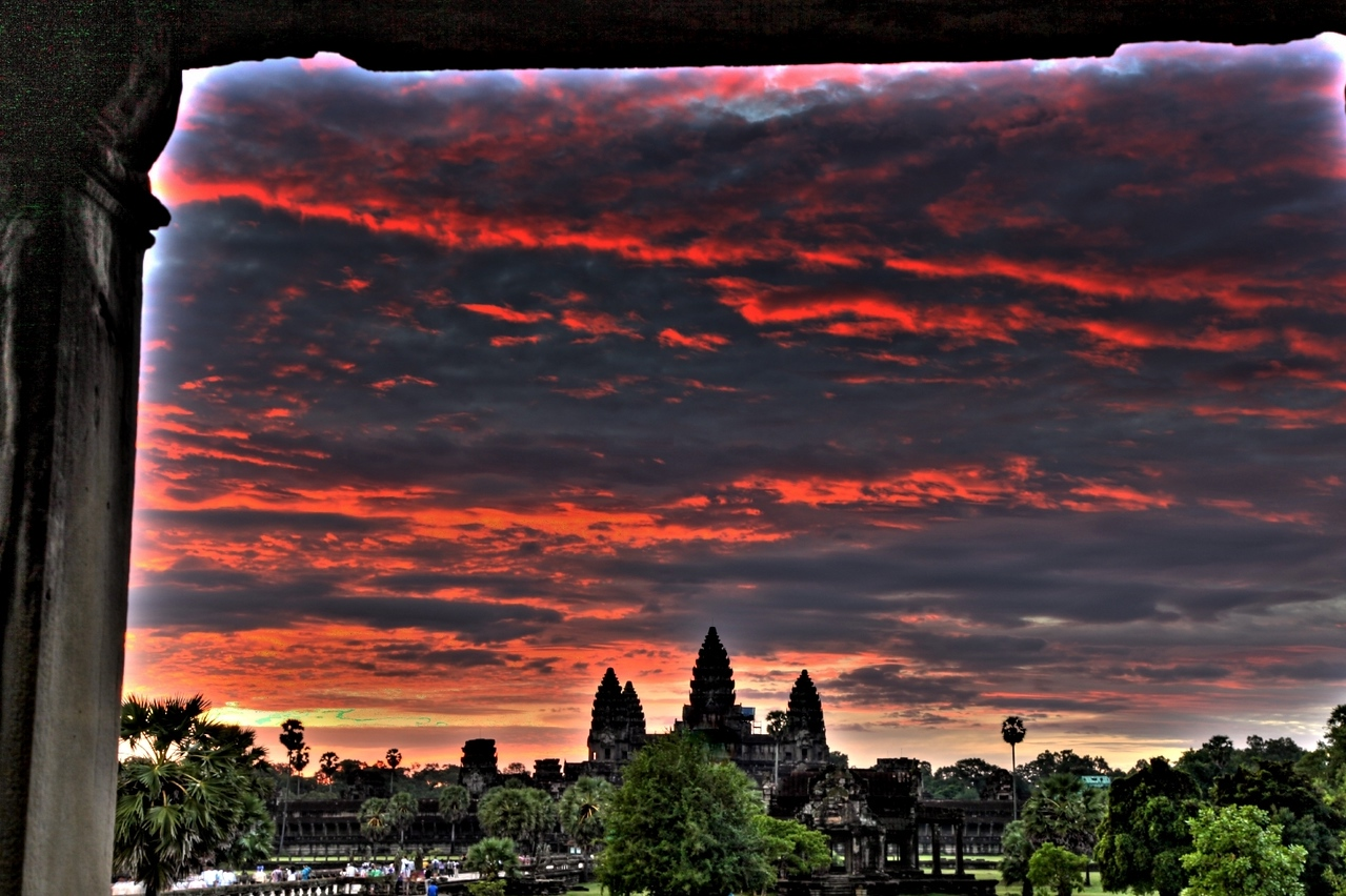 05:00 am: Dawn at the famous Angkor Wat temple in Siem Reap.