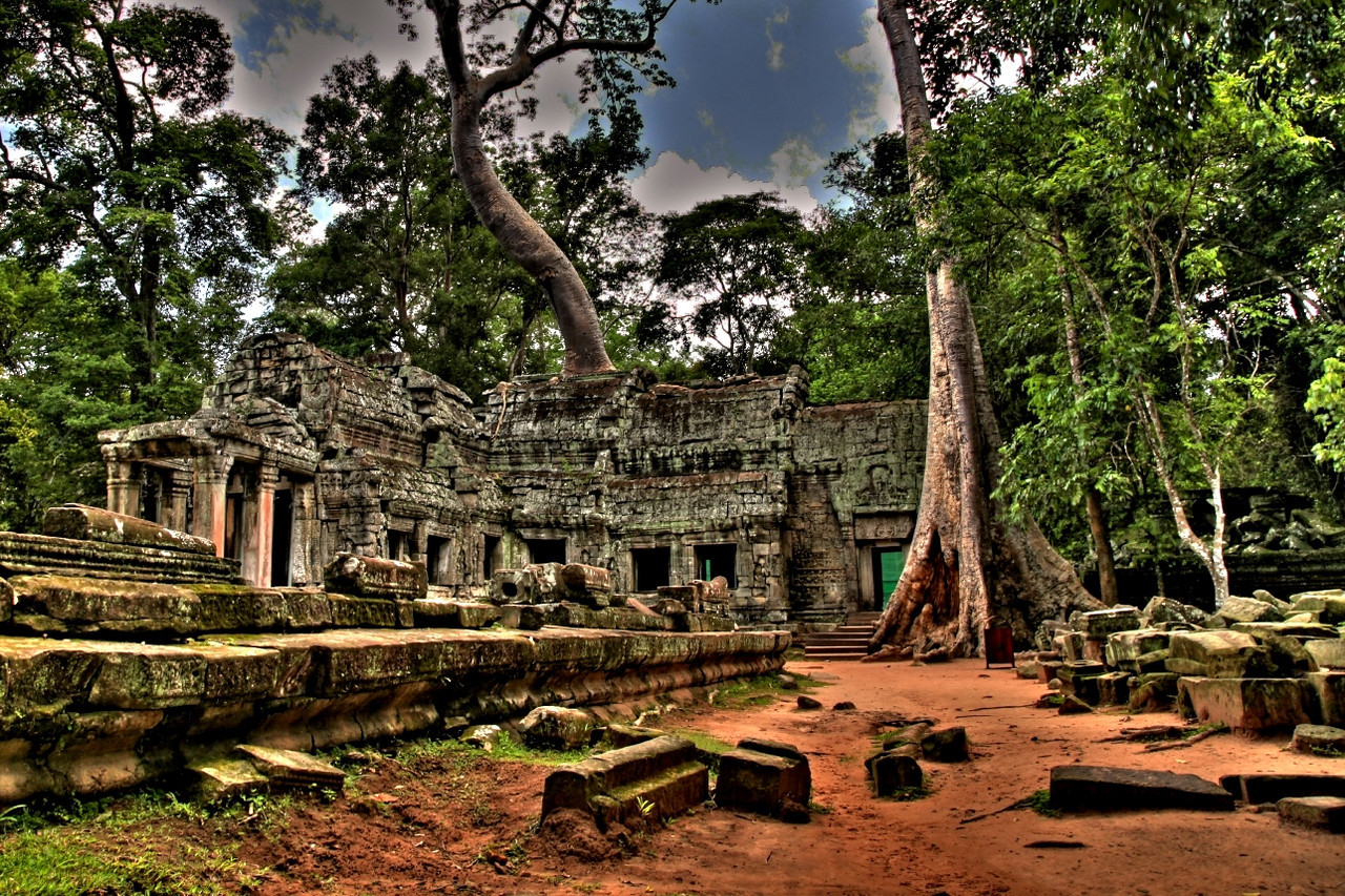 The history of the temple is unknown and it can be dated only by its architectural style, identical to Angkor Wat, so scholars assumed it was built during the reign of king Suryavarman II in the early 12th century.