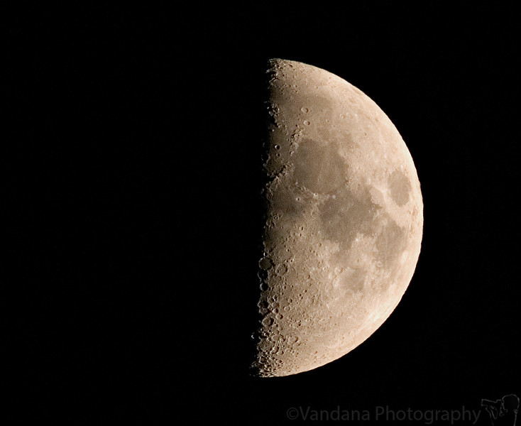 August 20, 2007 - ah, the half-moon !<br /> <br /> I tried the sun which wasn't good, but the moon often works when it's late without a daily !<br /> <br /> taken handheld with a 300mm+1.7TC