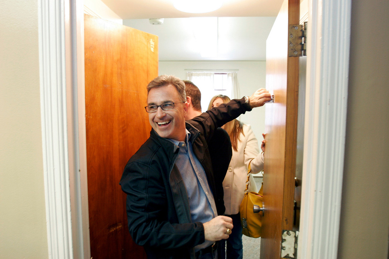 Rich Mueller, class of 1986, removes a room number from a door after Sigma Phi Epsilon house closing ceremony, Saturday, Jan. 16, 2010.