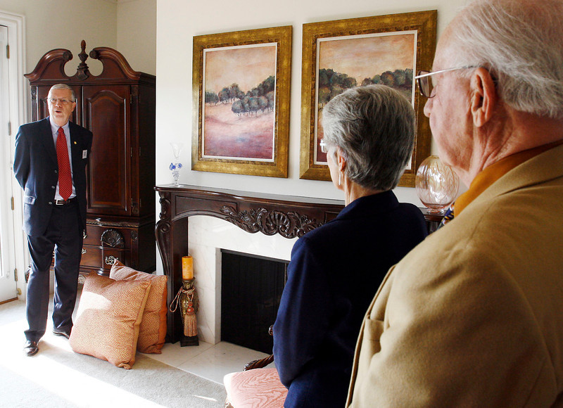 Aaron Carpenter/Sentinel-Tribune<br /> <br /> Cartright home hospital guild tour. Larry Weiss (left) explains to guests about the master suite.