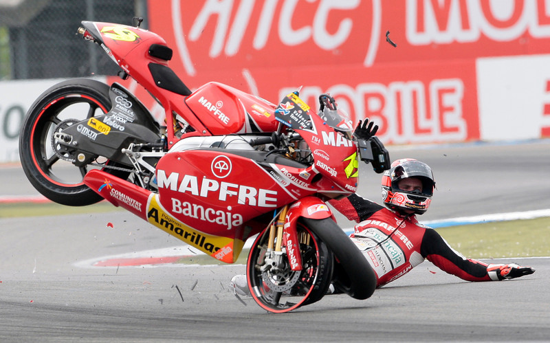 250 cc rider Alvaro Bautista of Spain crashes during the Dutch Motorcycling Grand Prix in Assen, the Netherlands, June 27, 2009.   REUTERS/Michael Kooren (NETHERLANDS SPORT MOTOR RACING IMAGES OF THE DAY)