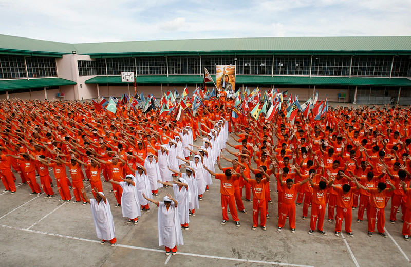 """Prison inmates perform during a tribute to late pop icon Michael Jackson at  prison grounds in Cebu city in central Philippines June 27, 2009. More than 1500 prisoners, reprised their world famous prison dance based on Michael Jackson's """"Thriller"""" on YouTube years back, in a tribute to the late """"King of Pop""""on Saturday in Cebu provincial prison.   REUTERS/Erik de Castro  (PHILIPPINES SOCIETY ENTERTAINMENT OBITUARY)"""