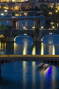 4th day: vista dalla collina di Letnà (quella con il metronomo gigante) di parte dei ponti sulla moldava  che collegano Stare Mesto a Mala Strana (il secondo partendo dal basso è ponte Carlo). A differenza dell'originale ho apportato un leggero ritocco sul WB per togliere il giallo dominate seguendo il consiglio di scripter81. Le lascio entrambe in photostream per confronto  Praha